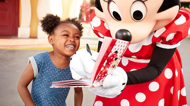 Kid visiting Minnie